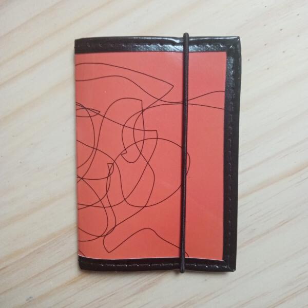porte cartes et porte-carte d'identité recup magazine graphique orange artisanal original pièce unique
